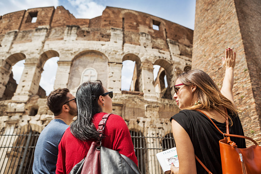 Est-il nécessaire d'avoir recours à un guide touristique lors d'un voyage?